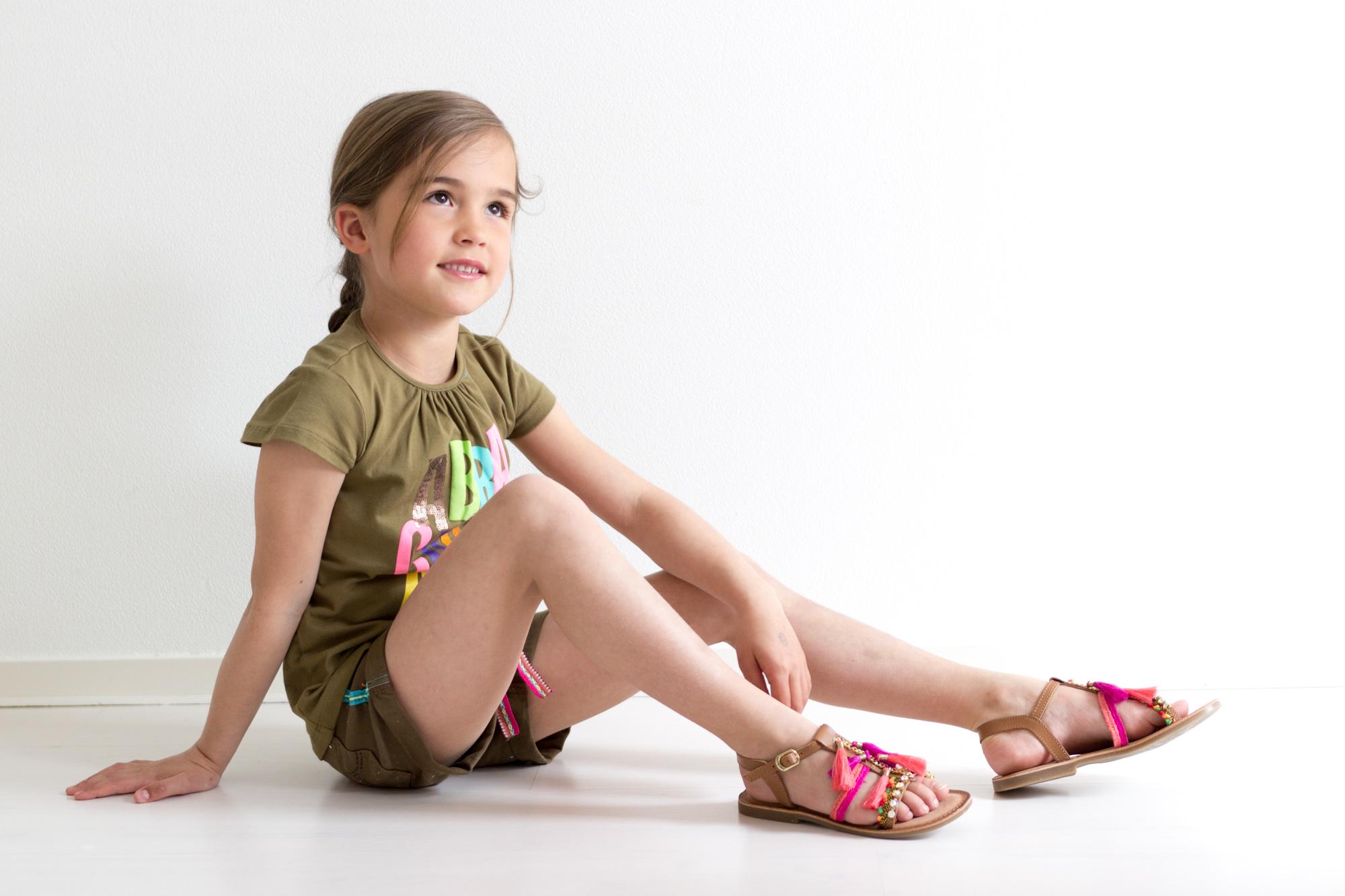 c1bb6eca15dbd7 Bloem mocht van Kidz-Art een nieuw kledingsetje uitkiezen. Vanwege het  aanhoudende slechte weer heeft ze gekozen voor een toffe set waarbij ze een  vestje ...